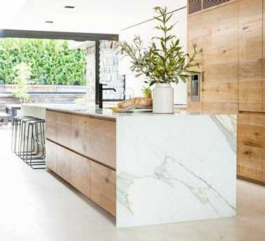 Cuisine design avec marbre ouverte sur grande verri re for Design cuisine 2016