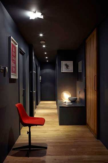 12 id es d co pour styliser un couloir long troit ou sombre for Decoration plafond couloir