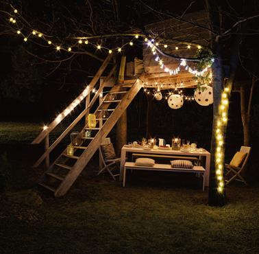 Des jolies guirlandes pour faire la déco de la cabane du jardin pour une ambiance illuminée et festive les soirs d'été et admirer les étoiles en famille