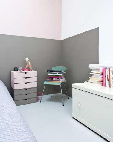 Un chevet est fabriqué avec des blocs tiroirs en bois brut. A repeindre dans les mêmes couleurs que la pièce ou avec des tons différents sur chaque tiroirs.