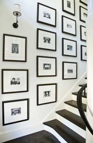 Disposer des cadres photos noirs contre un mur d 39 escalier - Comment decorer un mur avec des cadres ...