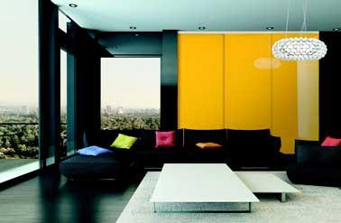 Dressing avec façade laque jaune brillante pour déco de chambre parentale pop. Parfait pour réveiller murs et canapé d'angle noir avec coussins colorés
