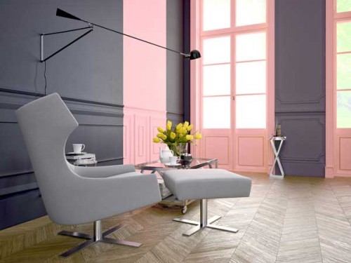 duo de peinture rose et cassis dans un salon moderne. Black Bedroom Furniture Sets. Home Design Ideas