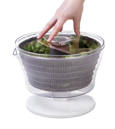 Essorez votre salade sans efforts avec l'essoreuse à salade à presser automatique de Progressive ! Un concept hyper pratique et efficace qui vous facilitera la vie dans la cuisine