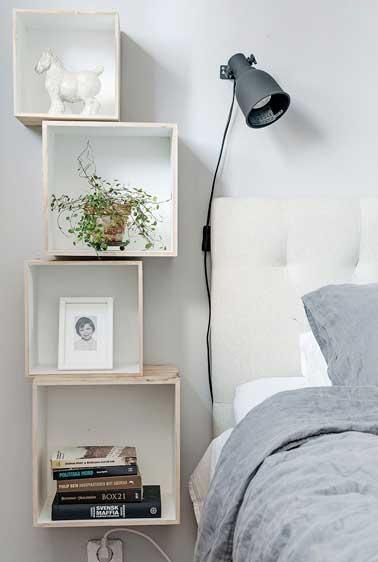 Une déco de chambre zen avec ce combiné table de nuit, étagères murales. Réalisé avec quatre caisses en bois récup blanchi puis fixées les unes sur les autres