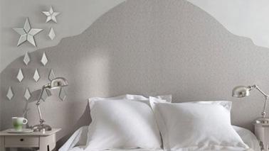 Rien de plus facile et peu coûteux que de réaliser une tête de lit en utilisant du papier peint pour un résultat bluffant et une déco chambre ultra tendance !