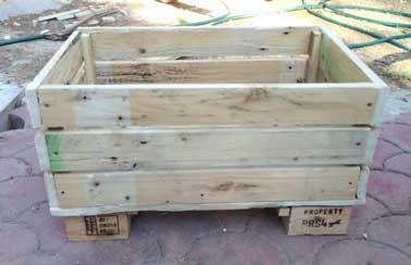 4 - Consolider la future jardinière en bois de palette avec des tasseaux :En fixant des tasseaux verticaux aux quatre angles de la caisse, vous solidarisez les côtés de la jardinière avec le fond de manière à ce qu'elle supporte le poids de la terre et de la plantation sans problème.