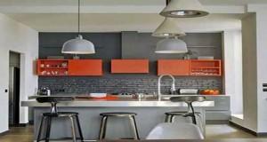 La cuisine grise se fait design en gris et rouge ou avec du blanc, moderne avec du noir, jaune ou orange, Pour la peinture, table et chaises, trouvezdes idées pour marier legris etfaites entrer la couleurdans lacuisine