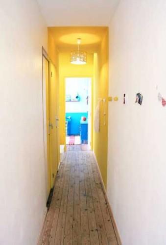 Lumineuse couleur jaune dans un long couloir troit for Couleur couloir