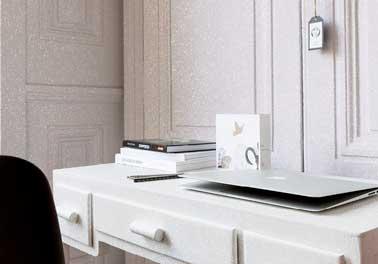 Beau look moderne pour le bureau avec sa peinture pailletée appliquée sur les murs et le meuble en bois blancs. Une idée déco à refaire dans une chambre de fille ado.