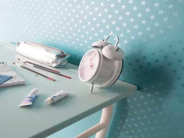 Parfait pour une chambre de fille ce papier peint pas cher turquoise et girly avec des motifs étoiles argent. Idéale avec des meubles blancs pour une déco pastel