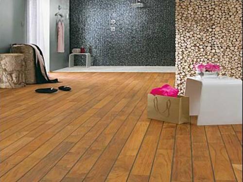 Parquet en teck brun fonc pour grande salle de bain - Salle de bain brun ...