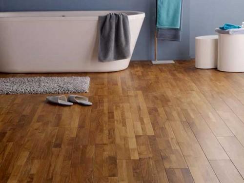 Parquet salle de bain teck verni pour d co zen castorama for Parquet salle de bain castorama