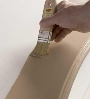 Patiner en appliquant au pinceau plat une couche ou deux couches fines de peinture à l'ancienne Libéron. Comptez environ 4h pour le temps de pause du séchage