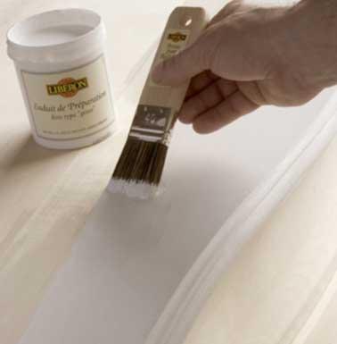 Pour patiner le meuble commencez par nettoyer et poncer le support. Appliquez ensuite l'enduit de préparation Libéron adapté. Laissez sécher le temps nécessaire