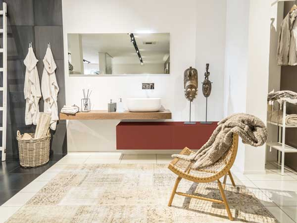 Un meuble du salon blanc se distingue en peinture terre d'ombre de 1825. Une couleur contemporaine idéale pour décorer un salon blanc et imaginée par Airborne
