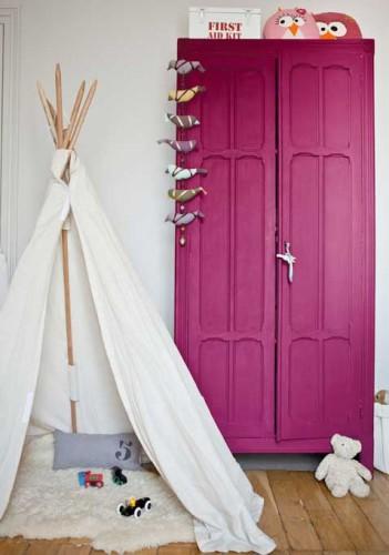 peinture aubergine sur armoire dans une chambre enfant. Black Bedroom Furniture Sets. Home Design Ideas