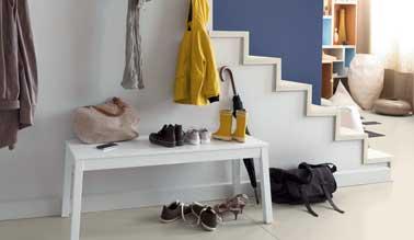 Une entrée graphique avec la peinture carrelage sol gris perle V33. Parfait pour contraster avec le mur de couleur bleu et rythmer la déco des escaliers