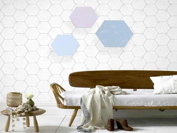 Trois notes de couleurs de peinture Tollens Pantone rythme ce mur blanc. Des tons choisis en accord pour valoriser le canapé en bois déstructuré 4 murs