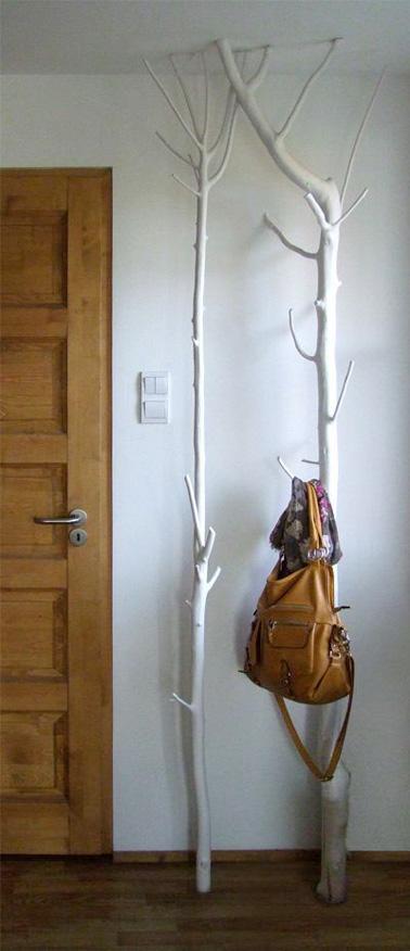 Détournez une branche d'arbre afin de réaliser un porte manteauoriginal et pratique pour la déco de votre hall d'entrée ! Astucieux pour suspendre tous les manteaux de la famille.