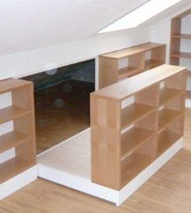 Un espace sous combles exploité en rangement avec des étagères coulissantes. Une astuce déco pour ranger des objets encombrants en gagnant de la place
