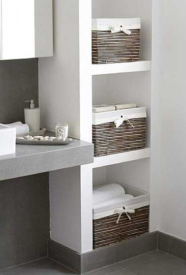 rangement avec des niches dans un mur de salle de bain. Black Bedroom Furniture Sets. Home Design Ideas