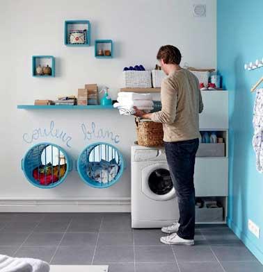 rangement avec paniers dans une cloison de la buanderie. Black Bedroom Furniture Sets. Home Design Ideas