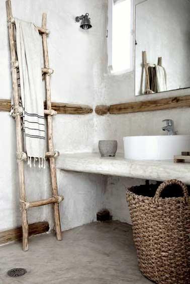 Rangement salle de bain avec panier et porte serviette for Panier mural salle de bain