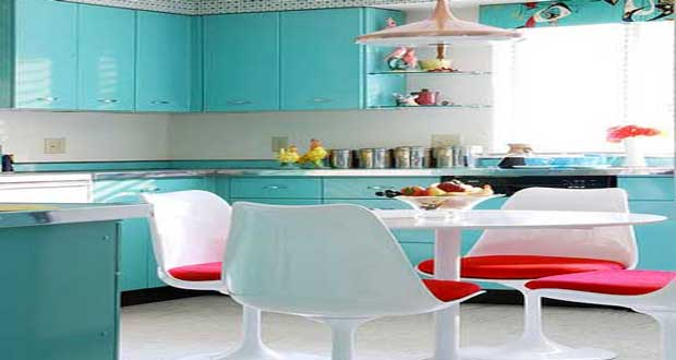 Repeindre ses meubles de cuisine c'est facile et bon marché. Et quand la peinture meubles de cuisine associe les couleurs sur les meubles bois ou stratifié la cuisine se requinque d'un simple coup de peinture