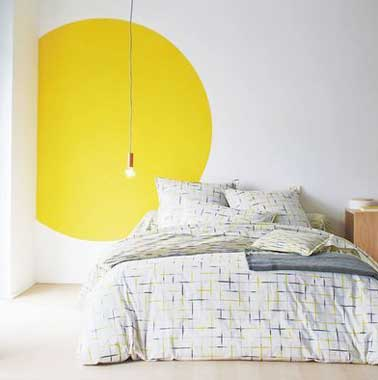rond de couleur jaune pour r veiller la chambre blanche. Black Bedroom Furniture Sets. Home Design Ideas