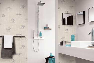 Papier peint imprimé coquillages pour habiller une salle de bain blanche. Sur fond l'ambris beige clair il éclaire le douche italienne et le plan vasque design. Chantemur