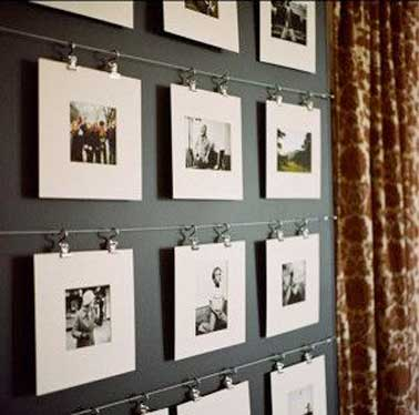 Suspendre des photos noirs et blancs sur un fil métallique avec des clips pour une déco de salon inspirée. Avec des photos noirs et blancs de même dimension