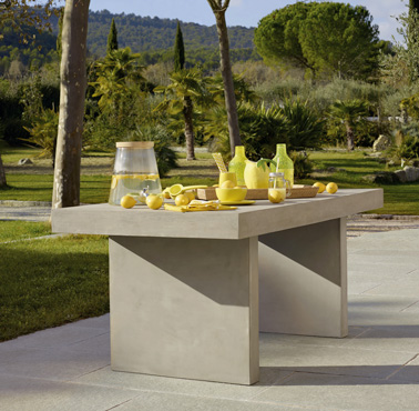 Une belle table en b ton s 39 invite sur la terrasse du jardin for Table exterieur beton