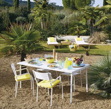 Aménagez un petit espace convivial et confortable dans le jardin pour vos repas en famille ou entre amis et profitez pleinement du soleil pendant les beaux jours