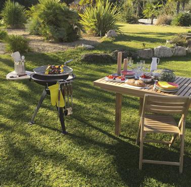 Un mobilier en teck pour l'extérieur ultra design pour recevoir ses invités et faire des grands barbecues dans le jardin durant les beaux dimanches d'été !