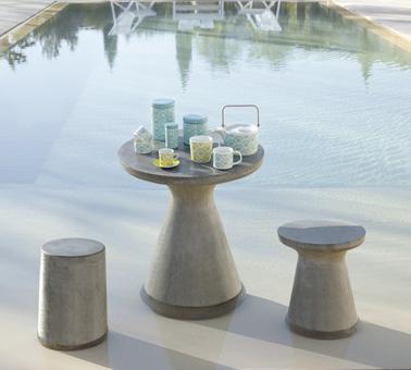 Un petit espace tout mignon, hyper cosy, à aménager au bord de la piscine pour prendre le thé les pieds dans l'eau et se relaxer sous le soleil qui brille