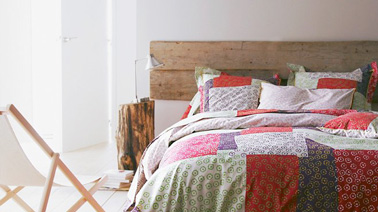 une t te de lit faire soi m me avec des planches de bois. Black Bedroom Furniture Sets. Home Design Ideas