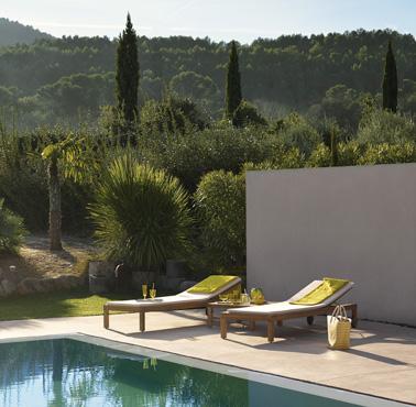 Des transats en teck hyper design et confortables pour lézarder au soleil tout l'été et décompresser en feuilletant un magazine au bord de la piscine