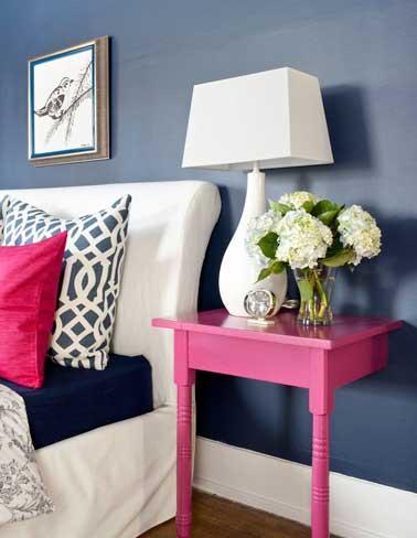 Une table de chevet récup fait la déco de la chambre. Un DIY très astucieux, réalisé avec un bout de table en bois repeint dans une couleur de peinture vive