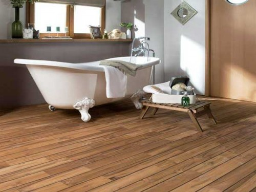 Un parquet salle de bain en teck pr huil lapeyre for Parquet salle de bain pont de bateau
