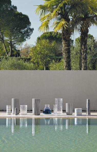 Refaite la déco de votre extérieur avec des jolis vases en grès au motif à rayures, ultra déco, à disposer dans le jardin, la terrasse ou autour de la piscine