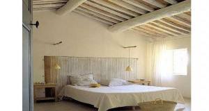 Une déco de chambre avec lit à baldaquin, charpente déco ambiance provençale, tête de lit design, autant d'idées déco de rêve àreprendredans votre chambre