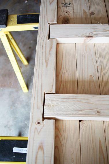 Comment fabriquer une table basse solide ? N'hésitez pas à solidifier le tout en plaçant équerres, tasseaux ou vis supplémentaires. Souvent, ces détails sont cachés.