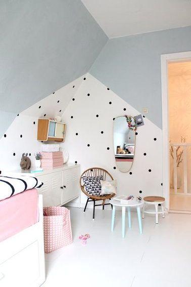 L'aménagement de combles passe aussi par la création d'une ambiance qui délimite l'espace dans cette chambre de fille (coin sommeil, coin jeu) et qui lui donne de la personnalité !