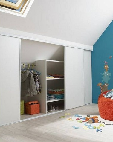 Un am nagement de combles en dressing pour enfant for Amenagement chambre mansardee
