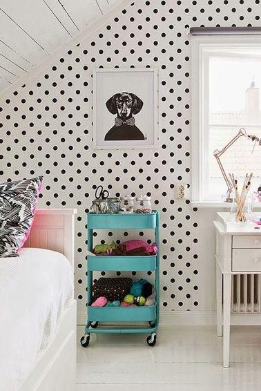 L'aménagement combles de cette pièce lumineuse permet de concentrer lit et bureau de travail dans un petit espace sans sacrifier la déco chambre.