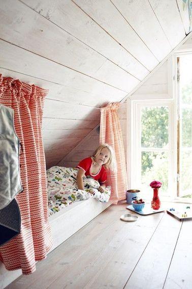 Un aménagement efficace des combles peut demander de la créativité et de l'inventivité : zéro espace perdu avec ce lit cabane que les enfants adorent pour jouer et se croire dans un dessin animé !
