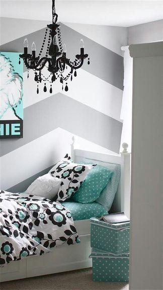 L'aménagement de combles a le vent en poupe et les designers n'hésitent pas à imiter le look chambre mansardée dans une chambre très basse de plafond.