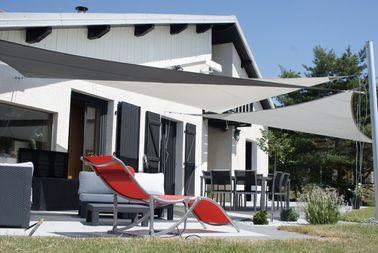 am nagement d 39 une terrasse d co avec un voile d 39 ombrage. Black Bedroom Furniture Sets. Home Design Ideas