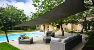 Un aménagement terrasse avec un voile d'ombrage, l'art de se protéger du soleil, du vent sur sa terrasse en créant une belle déco extérieure. Pour choisir sa voile et toile d'ombrage selon ses dimensions, sélection des produits Espace Ombrage